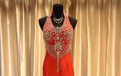 红色缎面牡丹图纹托尾款礼服