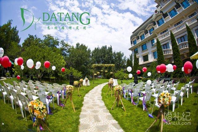 粉白色气球或鲜花拱门在婚礼上也会为草坪婚礼增加浪