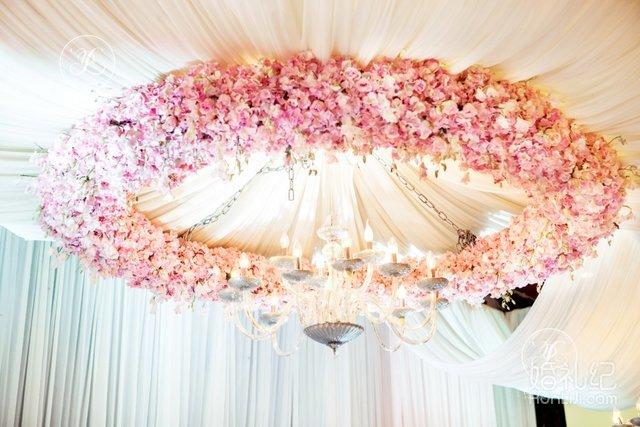 欧式复古相框,粉色花卉,水晶灯以及花环呈现大气简洁且浪漫的婚礼现场