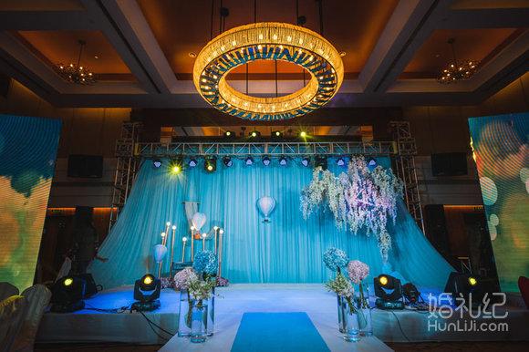 步入婚礼的舞台