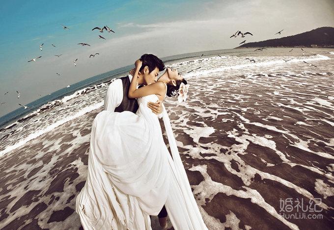 拍摄景点:大连棒棰岛景区 服装造型:长拖尾白纱 大连海景婚纱摄影