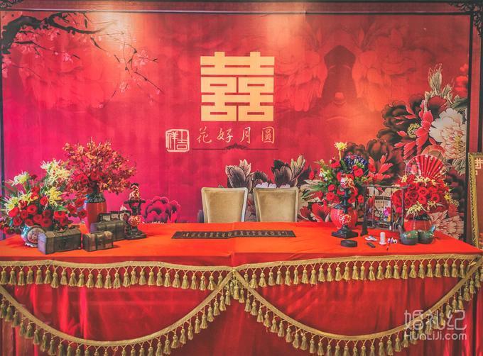 迎宾区 签到台红色纱缦装饰 签到台背景搭建:主题喷绘3*4设计及制作