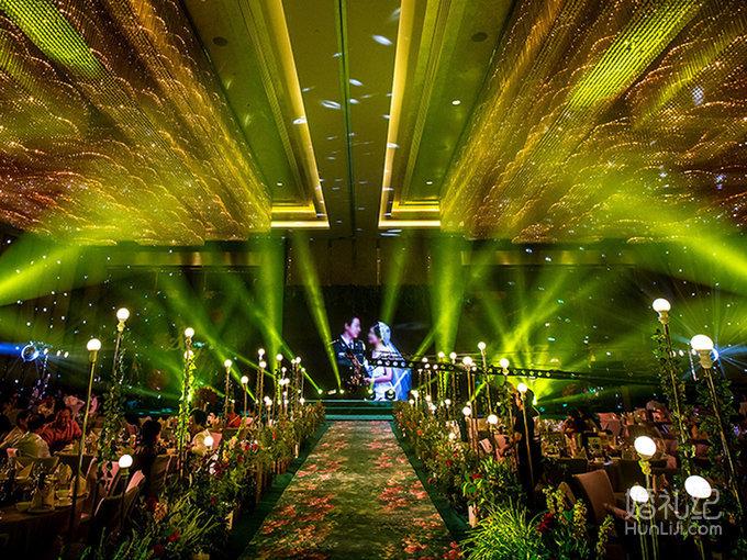 仿佛欧式花园的绿色拱门是新娘出场的地方