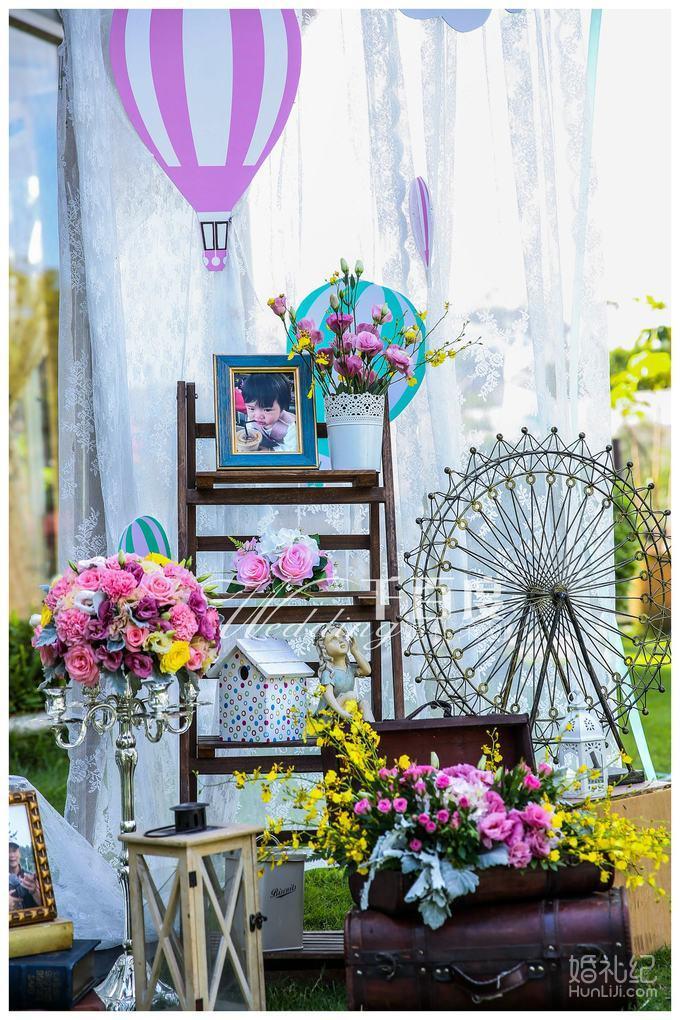 户外西式方形仪式亭 户外仪式亭作为婚礼仪式舞台,包含冰绸布艺设计以