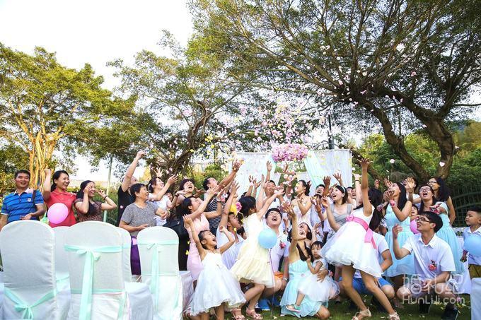 户外西式方形仪式亭 户外仪式亭作为婚礼仪式舞台,包含冰绸布艺设计