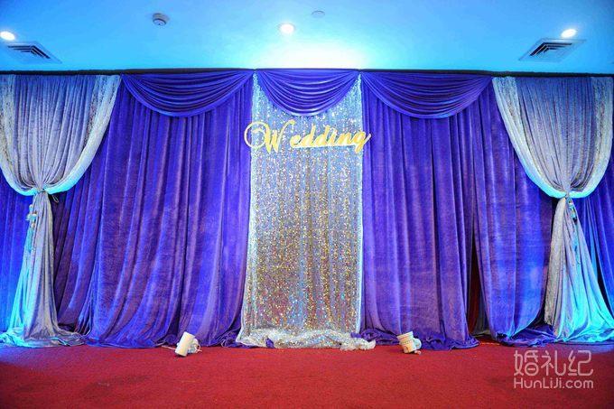 3,宴会厅布置 含:欧式布艺门帘一组,精美欧式舞台背景搭建一组,香槟台