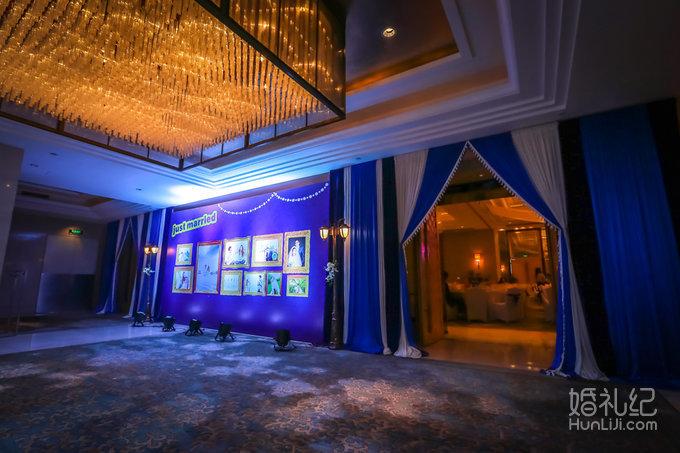 提供豪华鲜花路引个性化设计6套 提供婚礼仪式五层荧光香槟塔 提供