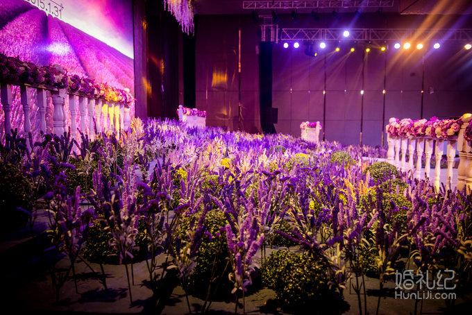 白色和紫色的花朵相衬 加上白色带水玻璃瓶 透视感很强 t台边零散摆