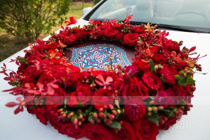 搭配民族花纹的特色花车装饰