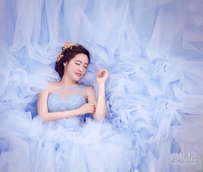 宝莱婚纱--浅蓝色梦幻拖尾礼服