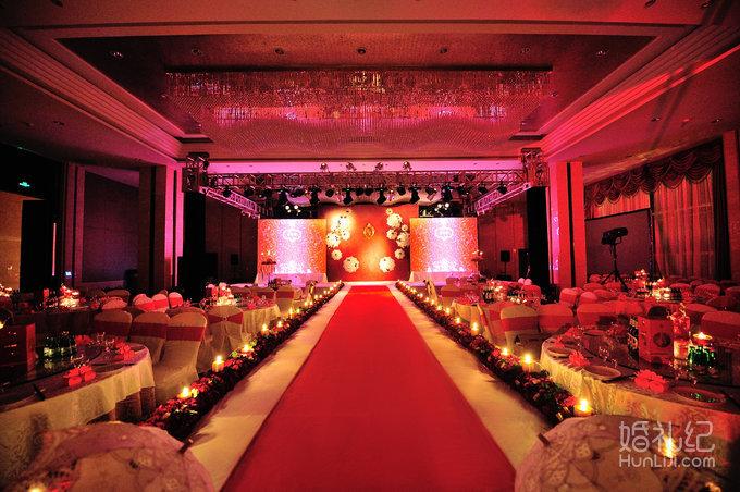 红色设计给新人直观的的视觉冲击力及浓重的巴洛克风格的高雅婚礼殿堂
