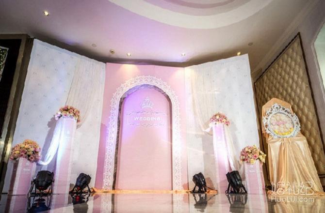 欧式布幔背景装饰搭配上立体素材装饰