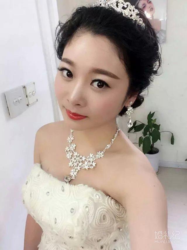 现在流行的新娘盘发与编发,能够让新娘的发型变得层次分明,颇具线条图片