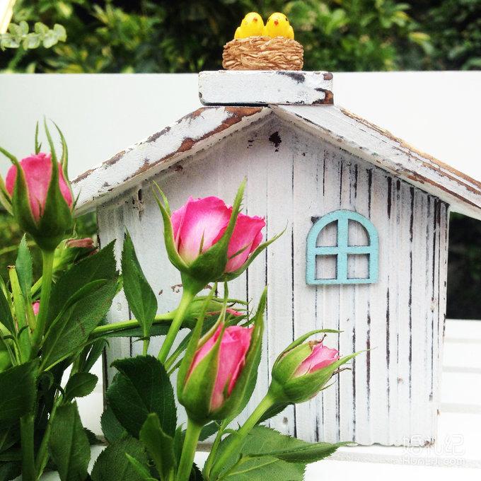 1,仪式区木头门花亭 2,花亭鲜花布置 3,欧根纱装饰 4,氦气球花篮花艺