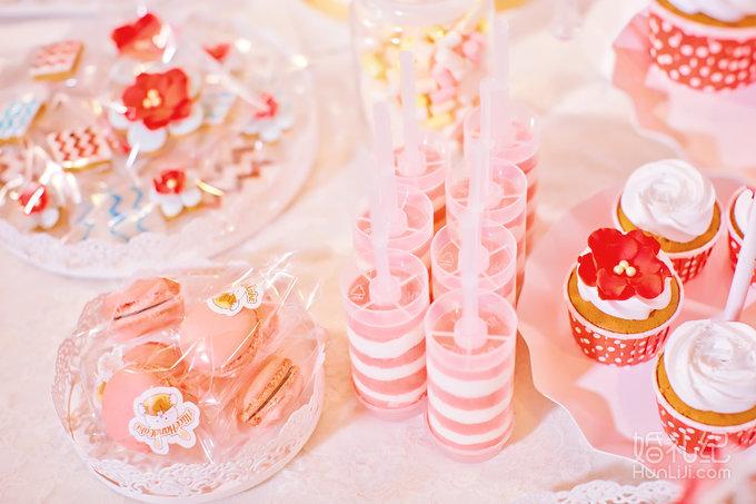 甜品区是粉色视觉的糕点为主,点缀花艺少许.背景的设计干净纯美.