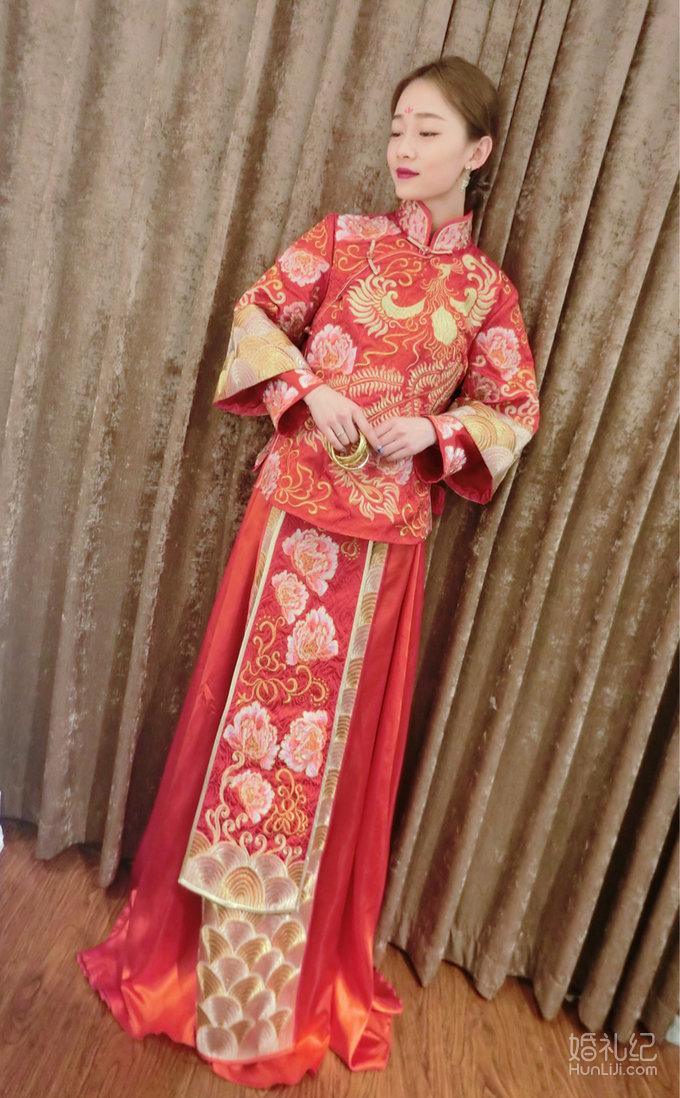 穿#中式嫁衣#,跟baby比美图片