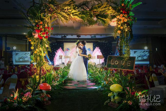 >最美好的事——阿狸与桃子主题婚礼  签到区简单大气的喷绘设计,藤蔓