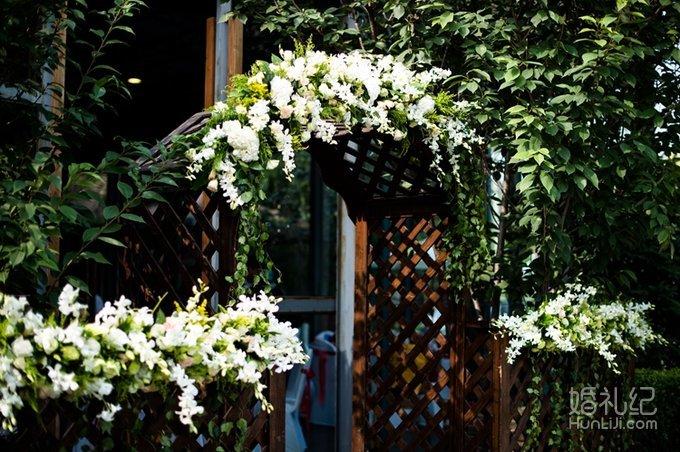 婚礼  迎宾区设有签到台 甜品台 同时利用场地内本身所有的白桦树设计