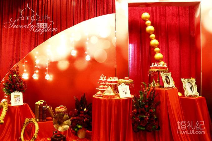 1、迎宾背景:红色布幔打底、前方心形KT板、半圆形舞台、迎宾牌配木架、方形立柱、金色鸟笼配花艺、金色竹节椅、旅行箱、台灯等装饰; 2、签到区:红色布幔打底,主题logo板、签到桌布、相框2组、花瓶书套装1组、鲜花2组; 3、展示区:红色布幔打底,主题色KT板桁架包边装饰、弧形KT板造型、灯串1组、金色珠串1组、鲜花3组、各类装饰若干; 4、甜品区:主题翻糖类12件、普通杯子蛋糕30件、各类装饰若干; 5、席位图:喷绘设计配桁架。