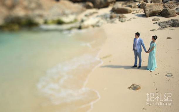 手牵手三亚海边散步 浅蓝色婚纱很应景