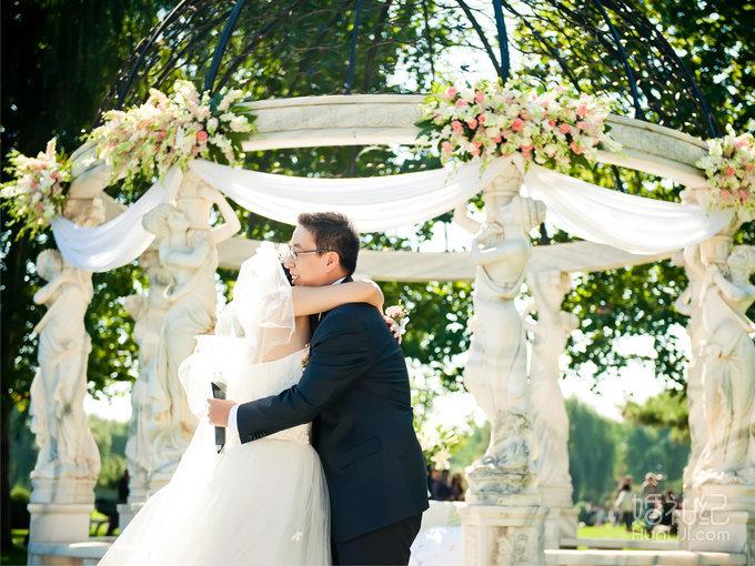 一场清新的户外婚礼  欧式的仪式亭做为婚礼的主背景