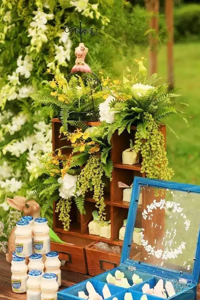 (主色系冰绸搭配或流苏搭配装饰) 3,婚礼仪式区通道设计(鲜花主题
